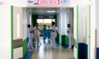 Un grupo de enfermeras permanece en el rea roja designada para pacientes que puedan estar infectados con el nuevo coronavirus COVID-19 en el hospital Villa Nueva Foto Prensa Libre AFP