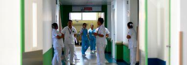 Un grupo de enfermeras permanece en el área roja designada para pacientes que puedan estar infectados con el nuevo coronavirus COVID-19 en el hospital Villa Nueva. (Foto Prensa Libre: AFP)