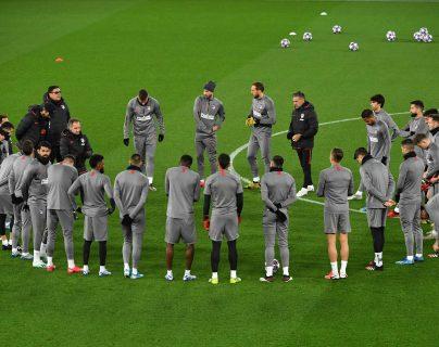 Jugadores del Atlético Madrid se preparan para el juego contra el Liverpool. (Foto Prensa Libre: AFP)