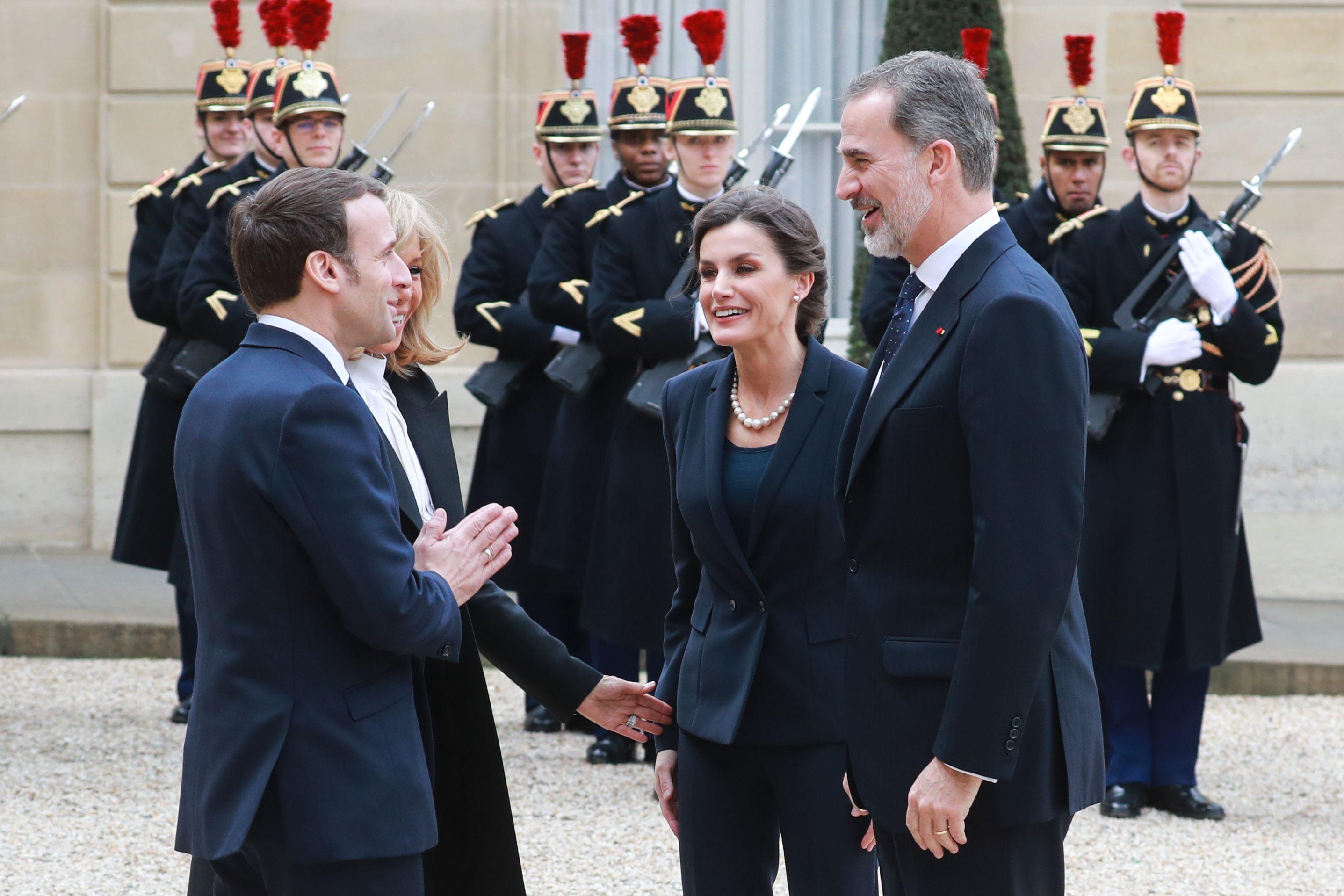Reyes De Espana Y Presidente De Francia Rompen Protocolo Y Por Temor Al Coronavirus No Se Estrechan La Mano Prensa Libre