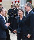 La reina Letizia y el rey Felipe VI de España son recibidos por Brigitte Macron y Emmanuel Macron de Francia. (Foto Prensa Libre: AFP)
