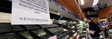 Un letrero advierte a los clientes en una tienda de Los Ángeles de que solo pueden llevar dos artículos ante la demanda masiva de productos desde que se declaró la emergencia de Covid-19. (Foto Prensa Libre: AFP)