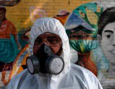 Un trabajador municipal de El Salvador participa en actividades de control para prevenir la llegada del coronavirus (covid-19) a El Salvador. (Foto Prensa Libre: AFP)