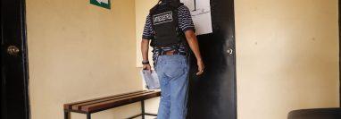 Un investigador llega al Juzgado de Mixco donde se llevó a cabo, a puerta cerrada, la audiencia de primera declaración. (Foto Prensa Libre: Esbin García)
