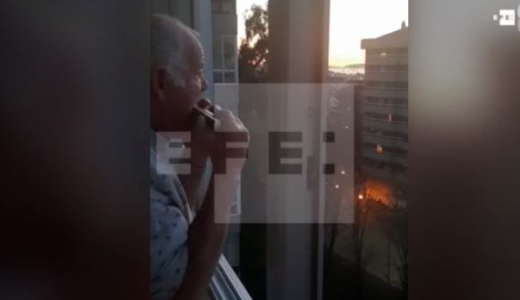 Hermann Schreiber toca su armónica. (Foto tomada del video de EFE)