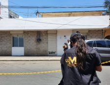 Investigadores reúnen indicios frente al banco que fue objeto de asalto en Barberena, Santa Rosa. (Foto Prensa Libre: Oswaldo Cardona)