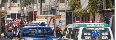 Bomberos y agentes de la Policía Nacional Civil resguardan el lugar donde quedaron los dos cadáveres en Chimaltenango. (Foto Prensa Libre: Víctor Chamalé)