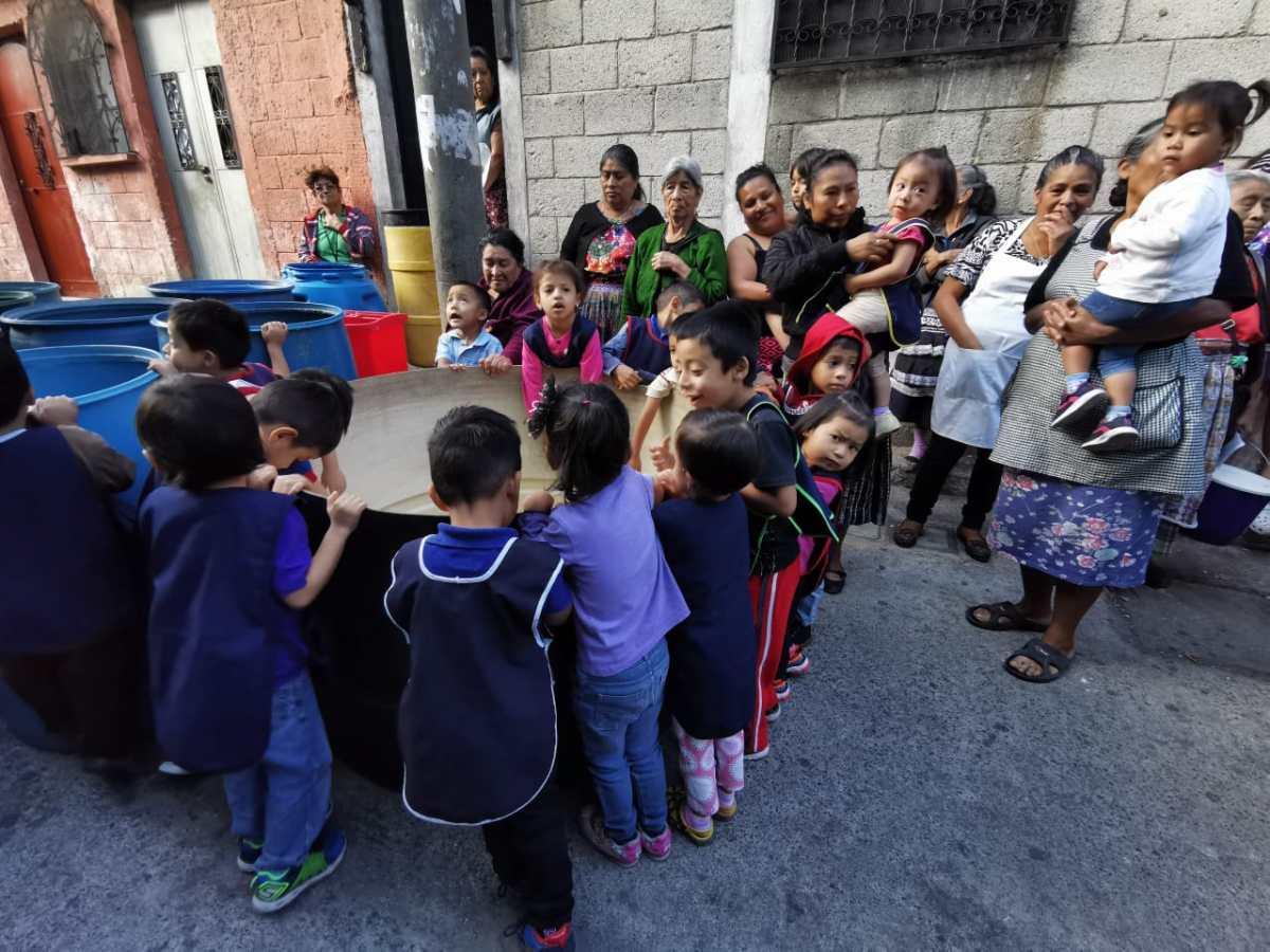 En guardería cuidan a niños a cambio de un poco de agua, la cual no llega desde hace tres meses