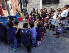Niños y padres de familia que se benefician con una guardería exigen a las autoridades solucionar la falta de agua. (Foto Prensa Libre: María René Barrientos)