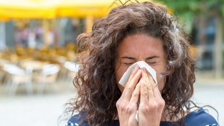Las personas con alergias deben adoptar medidas de higiene respiratoria al toser o estornudar. (Foto Prensa Libre: Servicios).