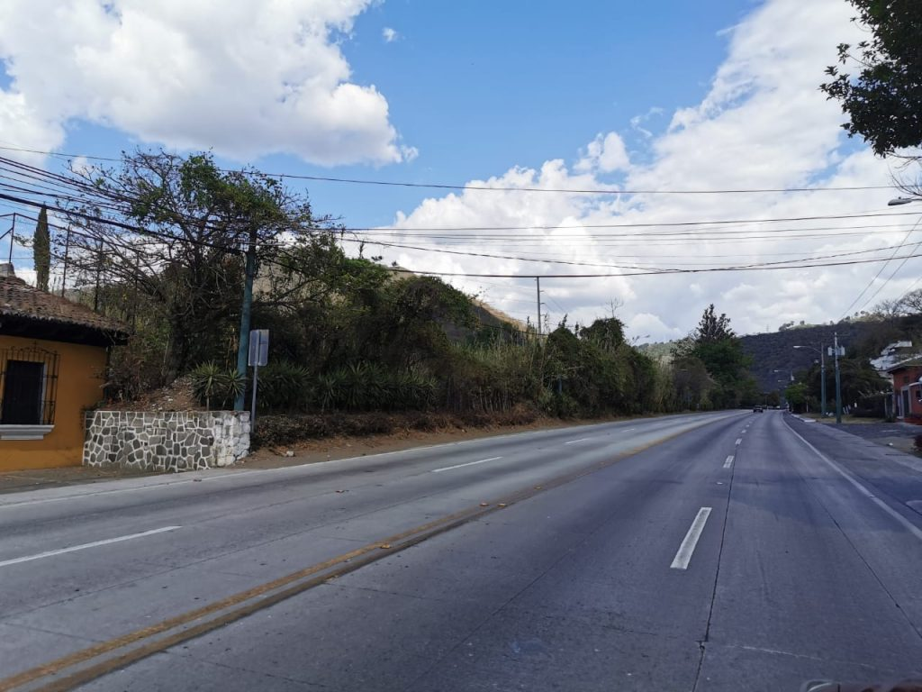 El ingreso a la Antigua Guatemala pudo observarse sin vehículos la tarde de este sábado. Foto Prensa Libre: María Reneé Barrientos