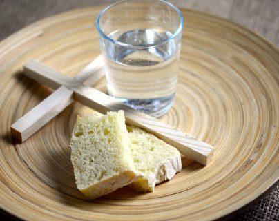 Es la abstinencia de alimentos, sin eliminar el agua, por un periodo limitado. (Foto Prensa Libre: Pixabay).