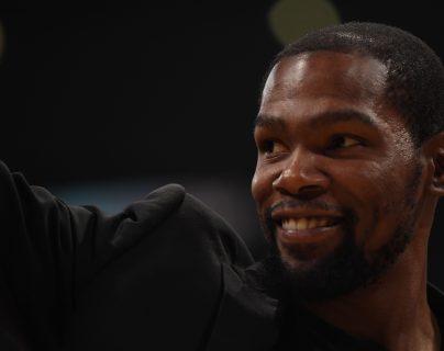 Kevin Durant es uno de los cuatro jugadores de los Nets que dio positivo por coronavirus. (Foto Prensa Libre: AFP)
