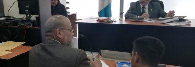 Luis David Bac -con playera negra- habla con su abogado antes de declarar ante el juez Juan José Lemus. (Foto Prensa Libre. Edwin Pitán)