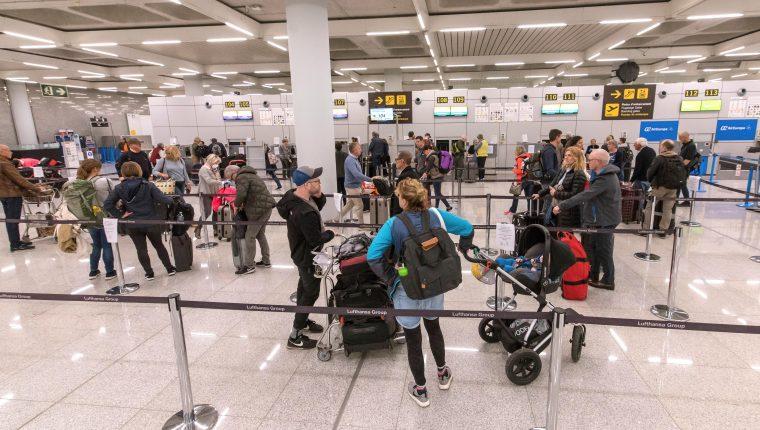 Las medidas tomadas por aerolíneas y aeropuertos, como el de Mallorca, España, afectan a a decenas de guatemaltecos en el mundo. (Foto Prensa Libre: EFE)