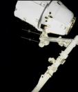 En un video de la Nasa, se observa cómo un brazo robótico de la Estación Espacial Internacional sujeta a la cápsula Dragon, en cuyo interior viajó Quetzal-1, el primer satélite guatemalteco. (Foto Prensa Libre, YouTube)