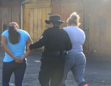 Dos de las mujeres capturadas el martes 24 de marzo por infringir el toque de queda. (Foto Prensa Libre: PNC).
