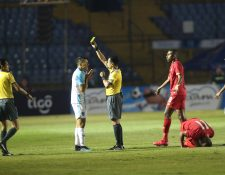 José Rosales vio la amarilla por exceso de fuerza. (Foto Prensa Libre: Norvin Mendoza)