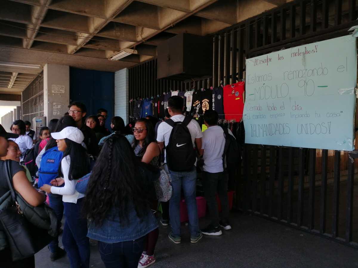 Universitarios cambian la lectura de boletín por el remozamiento de su edificio