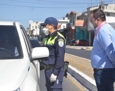 Personal de PMTQ consulta a los pilotos sobre el motivo de ingreso a la ciudad. (Foto Prensa Libre: Raúl Juárez)