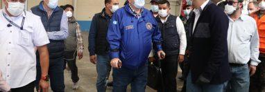 Alejandro Giammattei supervisó las instalaciones de Cefemerq donde se creará el segundo Hospital de Campaña. (Foto Prensa Libre: Raúl Juárez)
