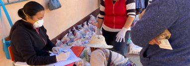 En Sibilia, Quetzaltenango, comenzó el miércoles la entrega de los alimentos de la refacción escolar, para que los niños reciban el beneficio en sus hogares durante la suspensión de clases. (Foto Prensa Libre: Raúl Juárez)