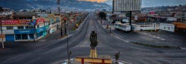 El emblemático monumento a La Marimba es testigo del silencio que guarda avenida La Independencia zona 2. (Foto Prensa Libre   cortesía: Arturo Castillo)