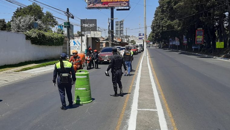 Elementos de PMTQ y PNC trabajaron en conjunto donde también se tomó temperatura a los conductores. (Foto Prensa Libre: Raúl Juárez)