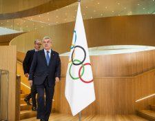 El presidente del COI, Thomas Bach -al frente- llega con Mark Adams, portavoz del Comité Olímpico Internacional, para una declaración sobre el coronavirus y los Juegos Olímpicos de Tokio 2020. (Foto Prensa Libre: EFE)