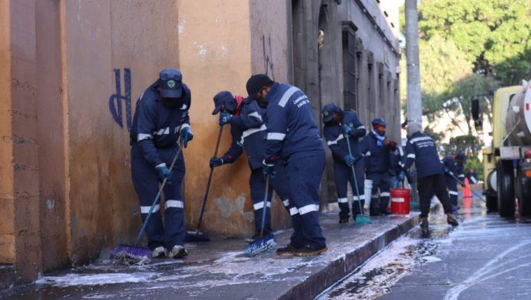 Empleados municipales de Xela limpian las calles del Centro Histórico. (Foto Prensa Libre: María José Longo)