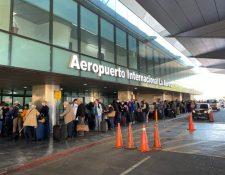 Ciudadanos estadounidenses esperan en el Aeropuerto Internacional la Aurora el vuelo que los lleve a su país. (Foto Prensa Libre: Embajada de Estados Unidos).