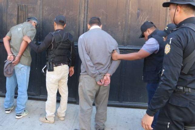 Los dos señalados de haber dado muerte a una mujer fueron detenidos en Esquipulas, Chiquimula. (Foto Prensa Libre: Dony Stewart).