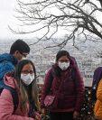 Turistas usan máscaras faciales cerca de la basílica del Sacre Coeur en París, Francia. (Foto Prensa Libre: EFE)