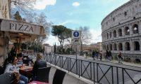 Pocos turistas pasean por Roma ante la emergencia generada por el covid-14. (Foto Prensa Libre: EFE)