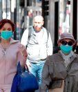 Los estudios no son concluyentes, pero la gente puede andar sin mascarilla si no cuenta con síntomas de covid-19 u otro mal respiratorio. (Foto Prensa Libre: EFE)