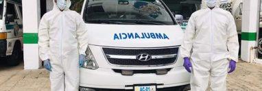 Bomberos Municipales Departamentales portan el equipo para el posible traslado de casos de Covid-19 en Colomba, Quetzaltenango. (Foto Prensa Libre: Cortesía)