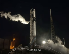 El cohete Falcon 9, que traslada al Quetzal-1, despegó a las 22:49 horas. (Foto Prensa Libre: YouTube).