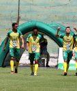 Los jugadores de Guastatoya festejan el gol de la victoria contra Antigua. (Foto Prensa Libre: Carlos Vicente).