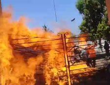 Momentos de tensión se vivieron durante desalojo en la aldea El Aguacatillo, Puerto San José, Escuintla. (Foto Prensa Libre: Cortesía).