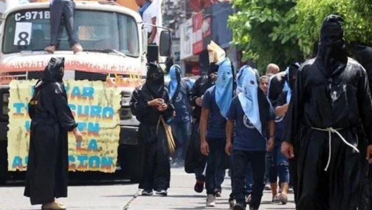 La Huelga de Dolores culmina con el desfile bufo de estudiantes de la Usac. (Foto Prensa Libre: Hemeroteca PL).