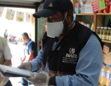 La Diaco recomienda leer el etiquetado de productos y verificar que tengan registro sanitario. Fotografía: Prensa Libre.