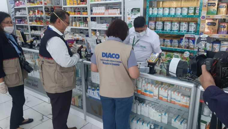 Personal de la Diaco verifica precio de mascarillas luego de haber recibido denuncias de sobreprecio. (Foto Prensa Libre: Andrea Domínguez)