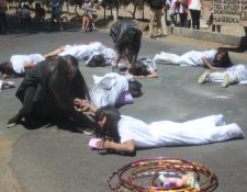 Con una dramatización recuerdan en Xela a cada una de las 41 niñas y adolescentes que murieron en el incendio del Hogar Seguro en San José Pinula. (Foto Prensa Libre: Cortesía)