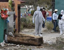 Fiscales del Ministerio Publico recaban evidencia en el lugar donde fue profanada una tumba. (Foto Prensa Libre: Cortesía Elizabeth Hernández)
