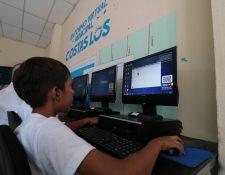Estudiantes de 36 escuelas e institutos de La Democracia, Escuintla, son beneficiados con laboratorios de computación. (Foto Prensa Libre: Cortesía Funsepa)
