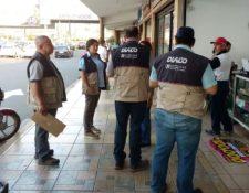 Delegados de la Diaco efectúan operativos en diversos comercios para la verificación de precios y abastecimiento de productos. (Foto Prensa Libre: Cortesía).