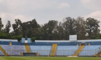 Los futbolistas extrañan la gramilla del estadio y no poder jugar. (Foto Prensa Libre: Hemeroteca)