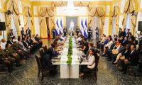 Nayib Bukele, presidente de El Salvador, dirige un mensaje a la nación junto a su gabinete. (Foto Prensa Libre: Presidencia de El Salvador)