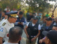 Ervin Mayen, director de la PNC, coordina acciones en busca de los atacantes de los agentes. (Foto Prensa Libre: PNC)