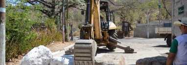 Con una máquina retroexcavadora los vecinos de San Jacinto, Chiquimula, terminan de colocar rocas en la vías principal de acceso a ese municipio. (Foto Prensa Libre: Cortesía)
